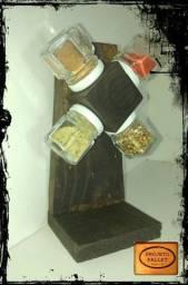 porta tempeiros e objetos decorativos e prateleiras