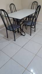 Mesa grande  com 4 cadeiras