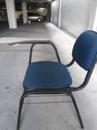 Vindo cadeiras escolares.