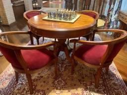 Mesa de jogos com tampo reversível em madeira nobre estilo inglês, 4 poltronas em veludo