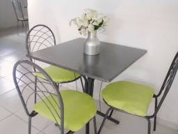 Mesa com três cadeiras