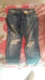 Calça jeans com detalhes desfiado
