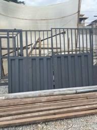 Portão de Garagem fechado com grade