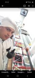 Churrasqueiro cozinheiro e chapeiro profissional.