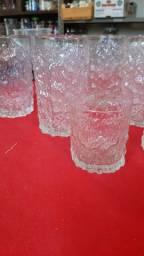 7 Copos em plástico  trabalhando