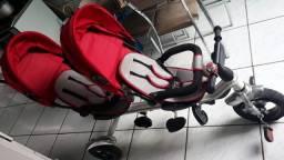 Carrinhos triciclo de gêmeos.