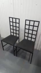 Jogo de 2 cadeiras de ferro com assento em espuma revestido com tecido