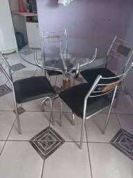 Mesa de vidro, quatro cadeiras.