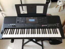 Teclado Yamaha PSR-E463 (com fonte, porta partitura), estante e capa.