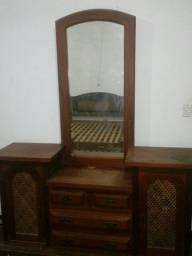 Penteadeira antiga feita de madeira maciça