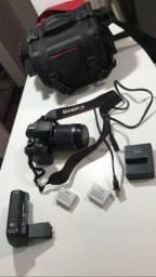 Canon Rebel T4i com lente EFS 18-135mm e grip