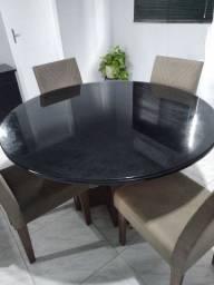 Mesa redonda com seis cadeiras