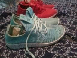 Dois sapatos Adidas