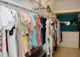 Loja de roupa montada com estoque no centro de gv