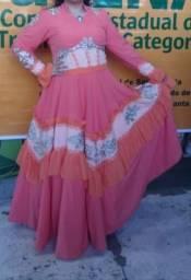 Vestido de Prenda e Arranjo de Cabelo