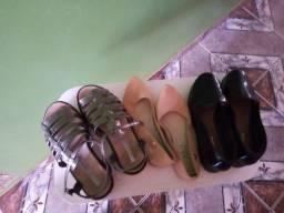 4 par de sandálias por 100