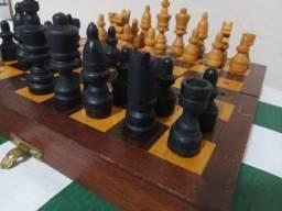 Jogo de Xadrez portátil de madeira.