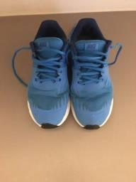 Tênis Nike azul tamanho 35.