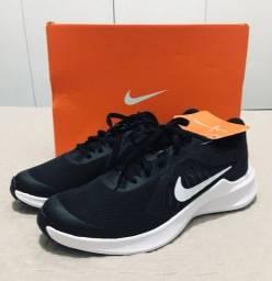 Tênis Nike Unissex / Preto-Branco / Downshifter 10 GS (novo na caixa c/ etiqueta!!!)