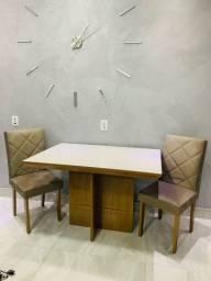 mesa de jantar, 4 cadeiras e tampo de vidro.