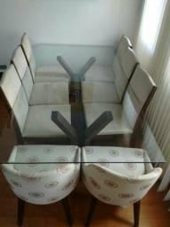Mesa de vidro com oito cadeiras