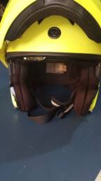 Capacete Tork de moto USA com Bluetooth interno.