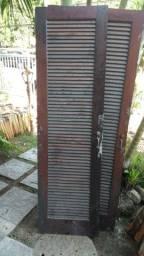Porta de madeira maciça veneziana - com trinca/chave e puxador