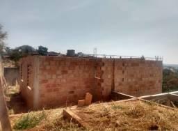 Terreno com construção em Condomínio