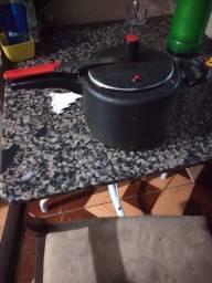 Troco panela de pressão preta por uma da cor prata