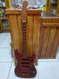 Corpo e braço de guitarra tonante antiga
