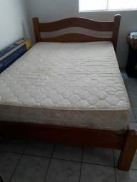 cama de madeira com colchão de ótima qualidade