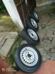 Pneus firestone e rodas com encaixe para calotas fusca