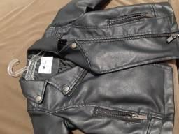 Jaqueta de couro, blusa jeans e vestido florido