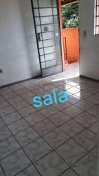 Alugo casa dois quartos sala cozinha banheiro e área.