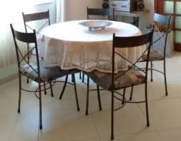 Conjunto mesa de ferro redonda com tampo de vidro e 5 cadeiras