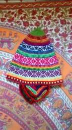 Touca peruana colorida tecida a mão