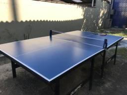 Mesa de ping pong com raquetes artengo e rede joola