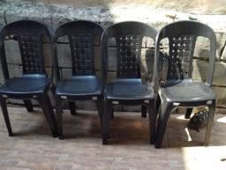 Título do anúncio: 4 cadeiras de plástico preta