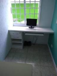 Escrivaninha com gaveteiro embutido