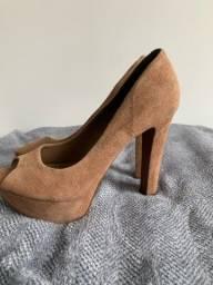 Sapato peep toe alto