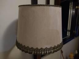 Luminária de pé, com cúpula