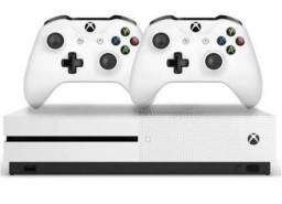 Xbox One S + 2 controles na caixa