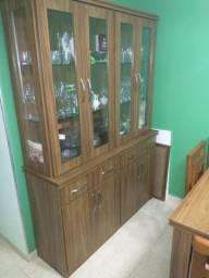 Conjunto de sala com mesa, cristaleira e estante.