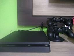 PS4 slim com suporte de carregamento para os controles
