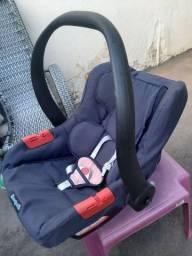 Bebê conforto, tem as duas capotinhas pra proteger ?o sol, tem a rosa e a preta.