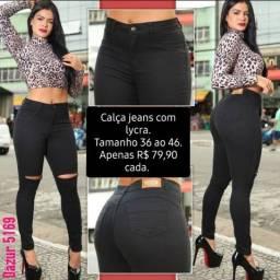 Calça jeans, Tamanho 36 ao 46, cor preta com rasgo acima do joelho.
