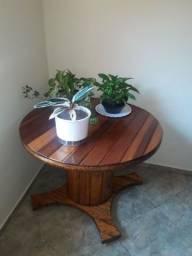 Mesa artesanal feita de bobina
