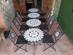 Conjunto Mosaico com mesas de metal redondas e cadeiras dobráveis