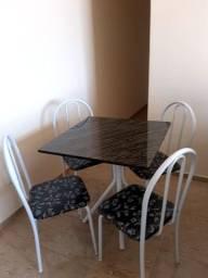 Mesa com tampo de mármore  com 4 cadeiras