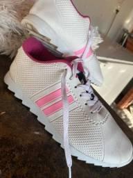 Tênis detalhe rosa